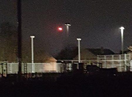 Altri avvistamenti di uno strano UFO rosso incandescente che si libra sopra Hull in Inghilterra