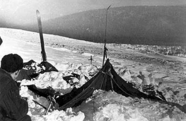 La tenda era stata tagliata dall'interno e la maggior parte degli sciatori era fuggita in calzini oa piedi nudi. Foto scattata dalle autorità sovietiche nel campo dell'incidente del Dyatlov Pass e annessa all'inchiesta legale che indagava sulle morti.